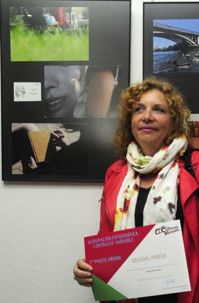 fotógrafa delante de su obra accésit