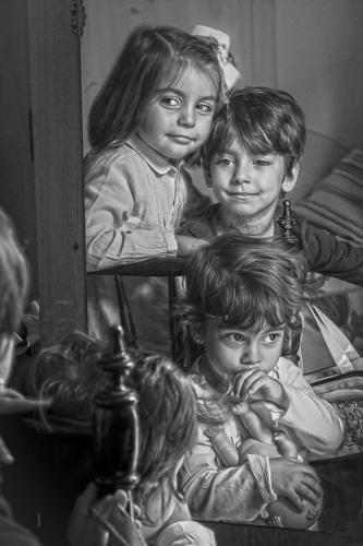Blanco-y-negro-2020_niñas ante el espejo. Fotografía ganadora.